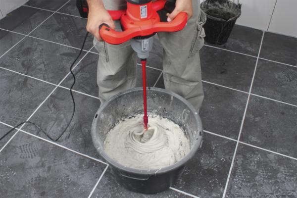 trộn keo dán gạch bằng máy khuấy