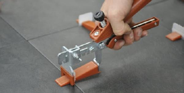 Cố định gạch bằng các thanh đỡ hoặc các dụng cụ hỗ trợ