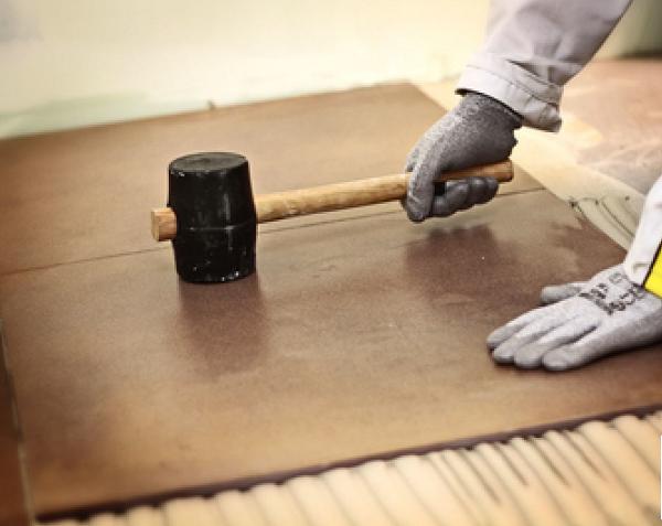 Dùng búa cao su gõ nhẹ đều trên bề mặt viên gạch để đảm bảo gạch đã bám dính hoàn toàn